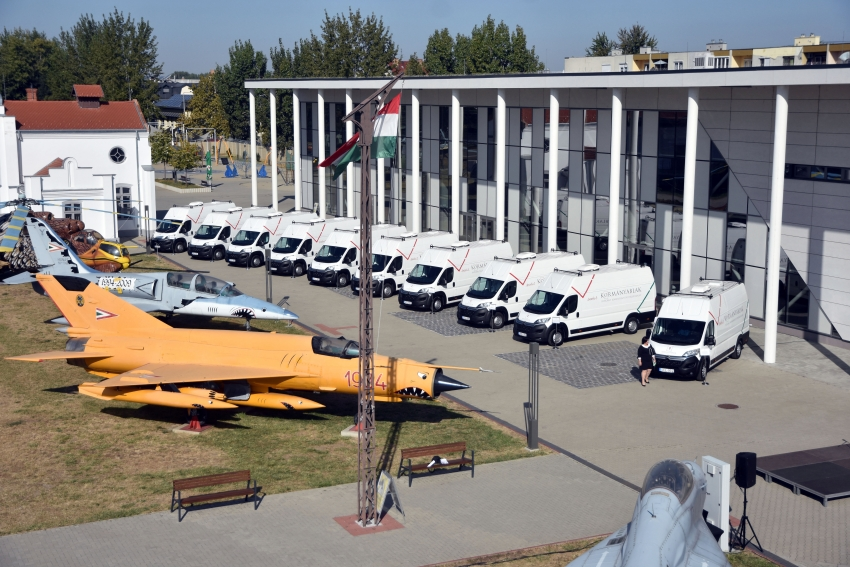 Tíz új kormányablakbuszt adtak át