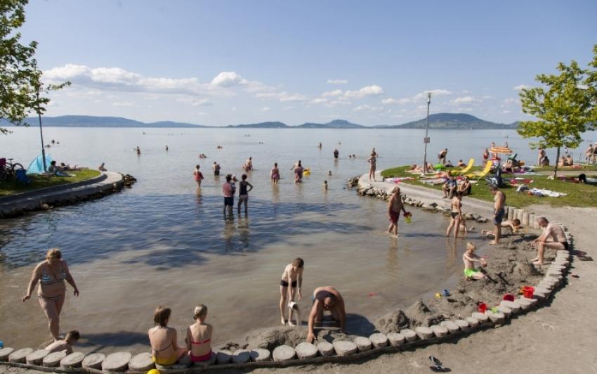 Majdnem másfélmillió vendégéjszakát töltöttek a Balatonnál