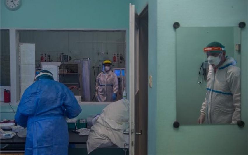 Meghalt egy beteg, 110 új fertőzöttet találtak Magyarországon