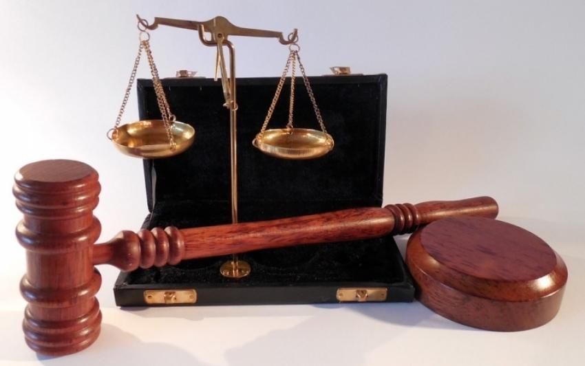 Anyagilag és szexuálisan kihasználtak egy kislányt, fegyházra ítélték őket