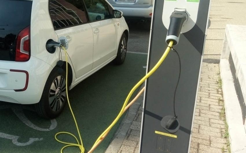 Öt perc alatt feltölthető akkumulátort fejleszt elektromos autókhoz egy izraeli vállalkozás