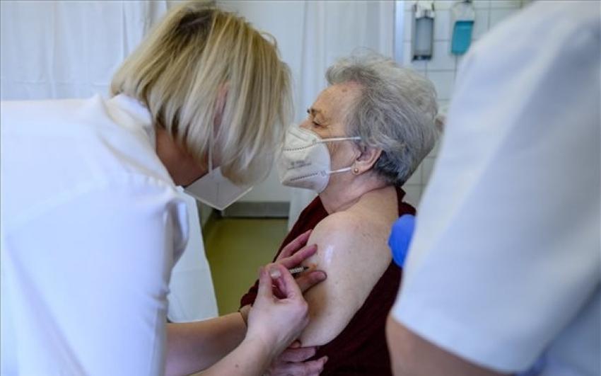 Felső korhatár nélkül alkalmazzák az AstraZeneca vakcinát Romániában